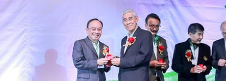 """รศ.ดร.นพ. เฉลิม หาญพาณิชย์ ประธานกรรมการและประธานเจ้าหน้าที่บริหาร บริษัท บางกอก เชน ฮอสปิทอล จำกัด (มหาชน) รับรางวัล Gold Award เหรียญทองคำด้านการบริหารดีเด่น ภายในงาน """"ร้อยรักสามัคคี 60 ปี แพทย์เชียงใหม่"""""""