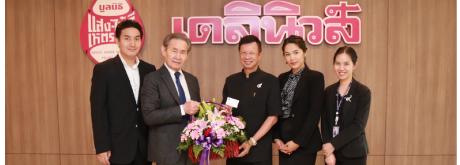 รศ.นพ ปิยะ เนตรวิเชียร ผู้อำนวยการโรงพยาบาลเกษมราษฎร์ ประชาชื่น ร่วมมอบกระเช้าดอกไม้ แสดงความยินดี
