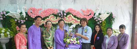 คณะผู้บริหาร  เข้ามอบกระเช้าดอกไม้แสดงความยินดี