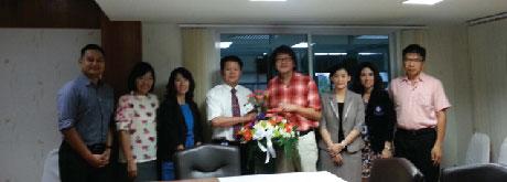 คณะผู้บริหาร มอบกระเช้าดอกไม้แสดงความยินดีกับ ผู้อำนวยการโรงพยาบาลเชียงรายประชานุเคราะห์